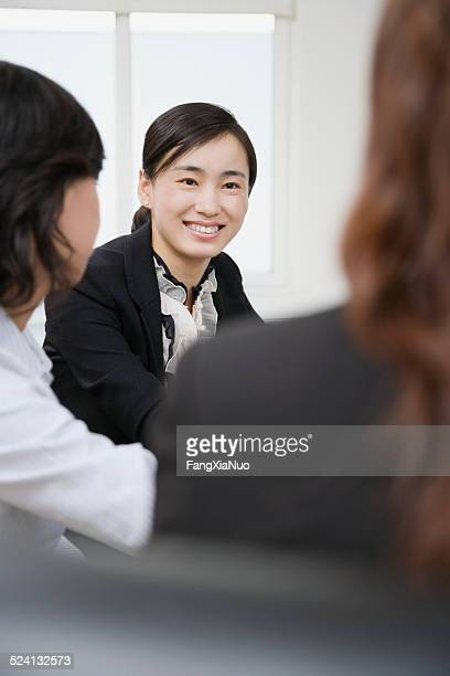 Businesswomen コンファレンスのお部屋は、女性の背景に焦点