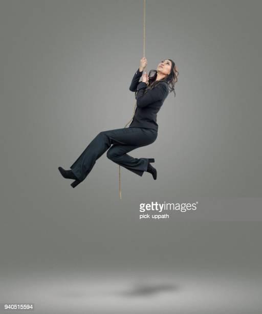 vrouwelijke ondernemers aan het einde van haar touw - hangen stockfoto's en -beelden