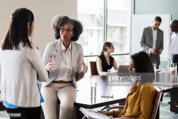 ビジネスウーマンが一緒にアイデアをブレーンストーミング - 運営委員会 ストックフォトと画像