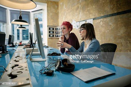 Geschäftsfrauen Zusammenarbeit bei der Arbeit am computer.