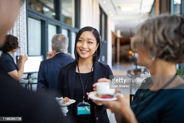 businesswomen discussing during coffee break in hotel - directrice photos et images de collection