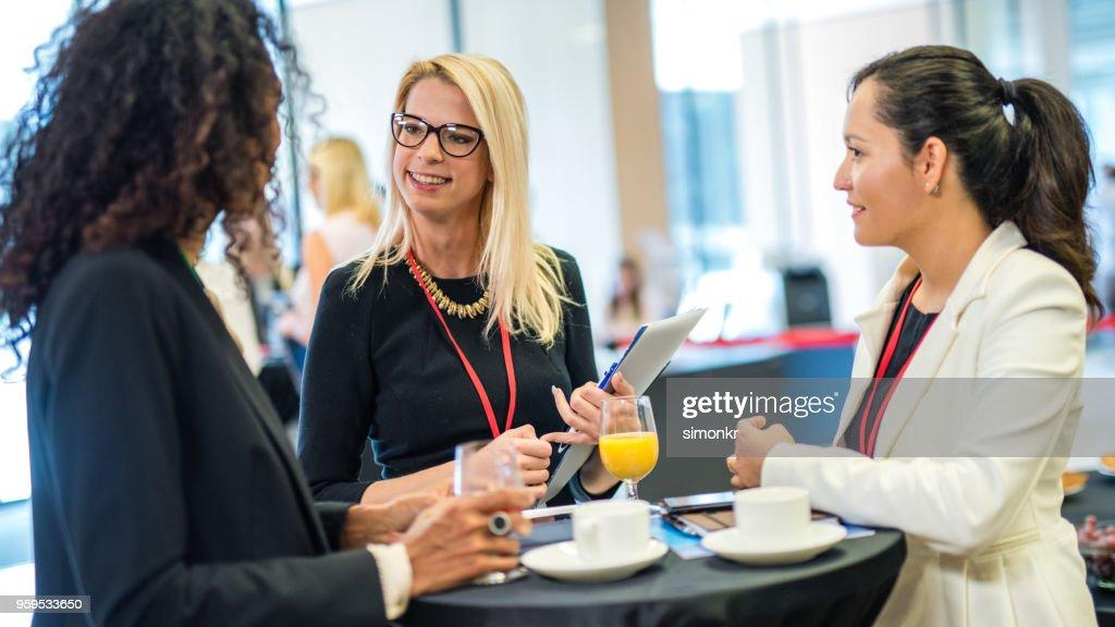 Unternehmerinnen im Seminar diskutieren : Stock-Foto