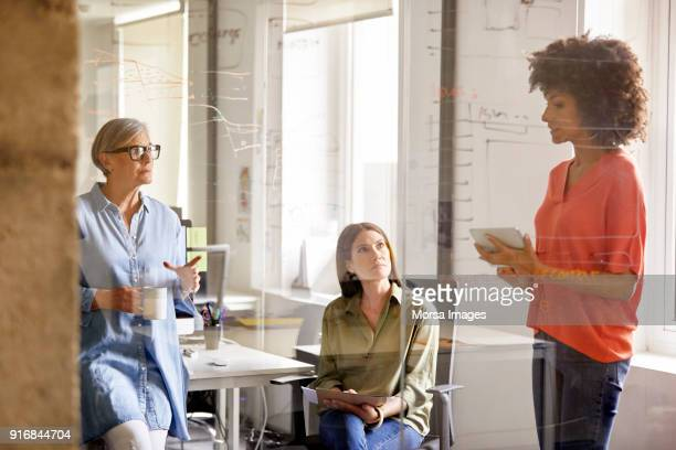 Mujeres empresarias sobre plan en nueva oficina