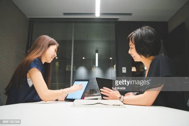 近代的なオフィスにプロジェクトについて議論するビジネスウーマン