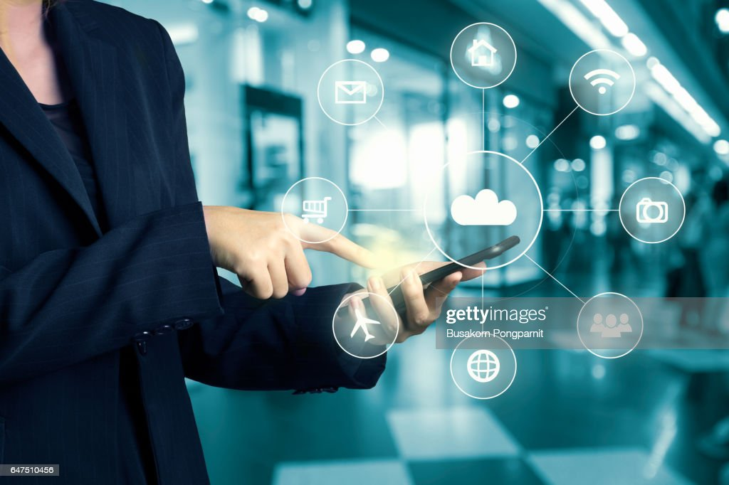 Businesswomen hand using cellphone omni-channel shopping ctr with hi tech icon flow on blur abstract background shopping mall department store : Foto de stock