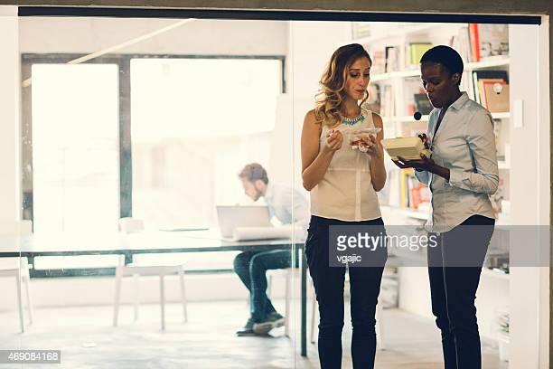 Geschäftsfrauen mit Mittagspaus'im Büro.