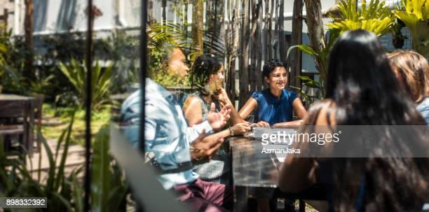 Unternehmerinnen haben einen Geschäftstermin in einem café