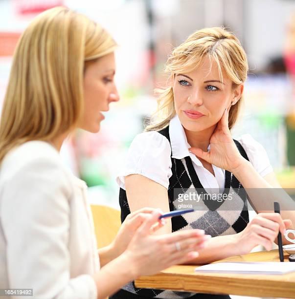 Geschäftsfrauen, die ein Gespräch.