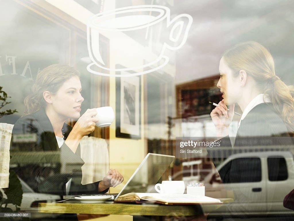 Businesswomen having coffee in cafe : Bildbanksbilder