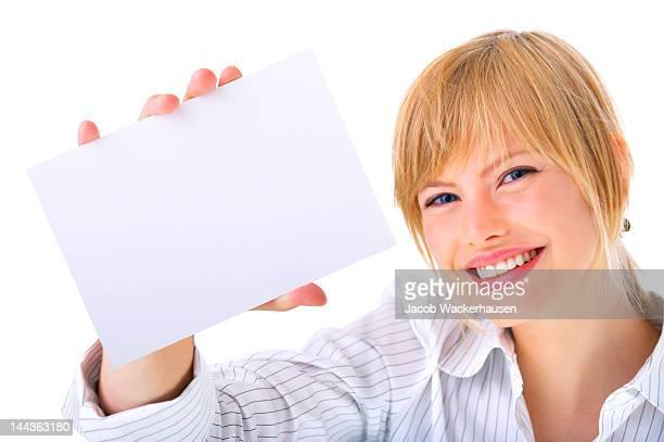 Mujeres de negocio sosteniendo una tarjeta de negocios