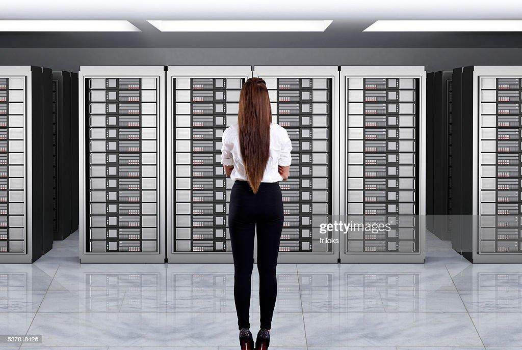 Donne di affari che guarda server : Foto stock