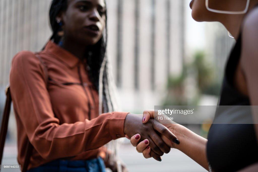 Geschäftsfrauen Händeschütteln in Treffen in Stadt : Stock-Foto