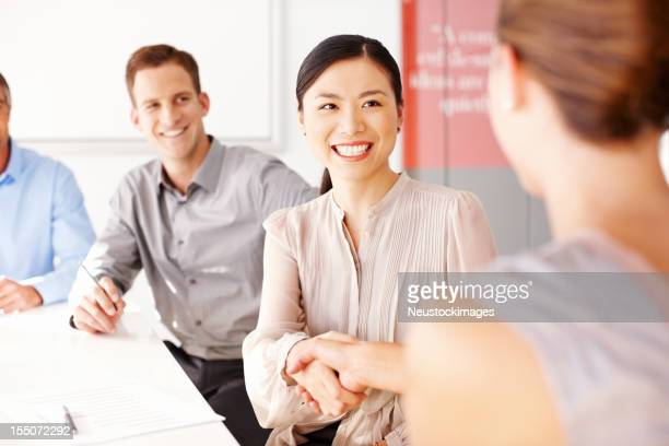 Mujeres de negocio estrechándose las manos