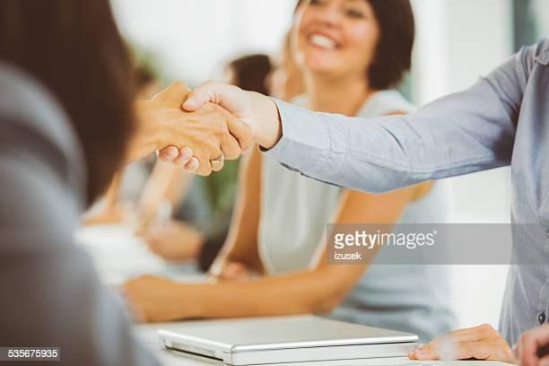 Geschäftsfrauen schütteln Hände