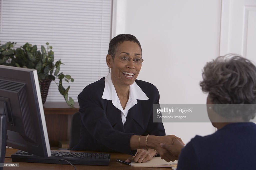 Businesswomen shaking hands : Stockfoto