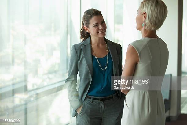 Geschäftsfrauen sprechen auf office