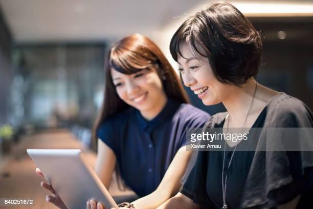 businesswomen デジタルタブレットを使用して、オフィス - 40代 ストックフォトと画像