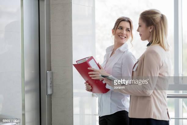 Geschäftsfrauen Aufzug warten