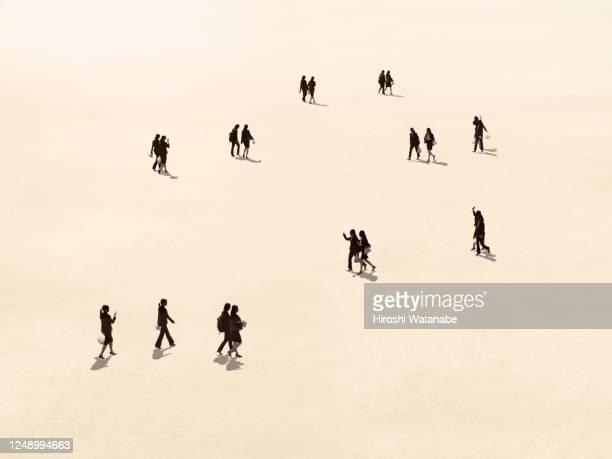 businesswomen walking in the square during lunch break - 絆 ストックフォトと画像