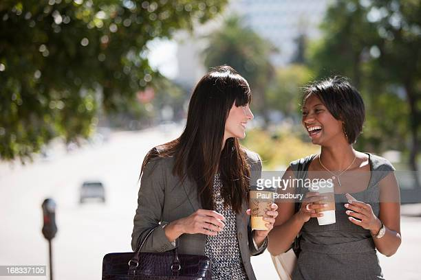 businesswomen'a piedi insieme all'aperto - pranzo foto e immagini stock
