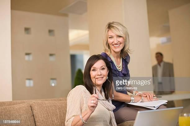 Geschäftsfrauen, die in der lounge