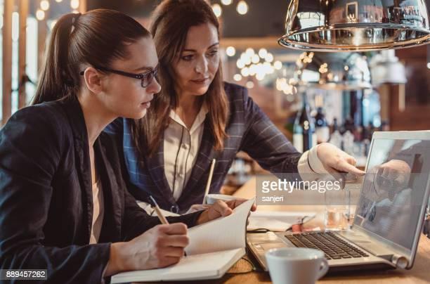 vrouwelijke ondernemers werken in de kantine - stage stockfoto's en -beelden