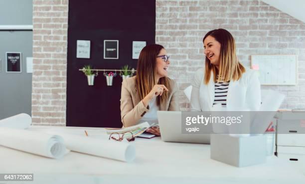 Trabajando en su oficina de mujeres empresarias