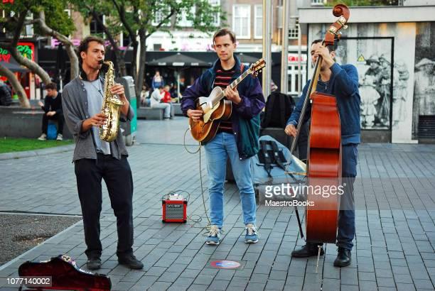 rendimiento de músicos callejeros en rembrandtplein en amsterdam - imagenes gratis fotografías e imágenes de stock