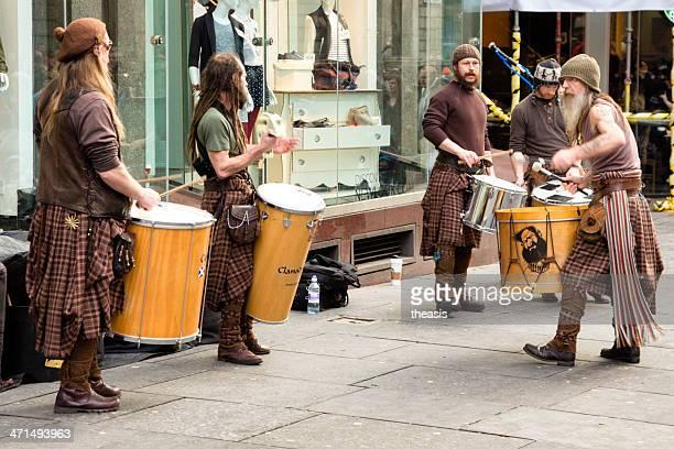 straßenmusikant performing in glasgow city centre - theasis stock-fotos und bilder