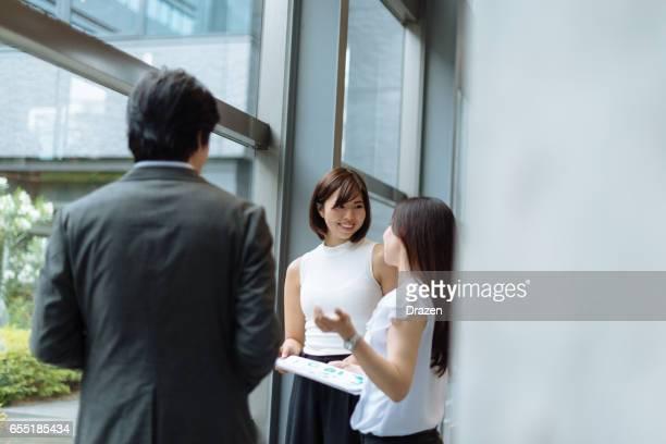 日本 - 社屋で日本の男性と女性のビジネス人々 のグループの事業