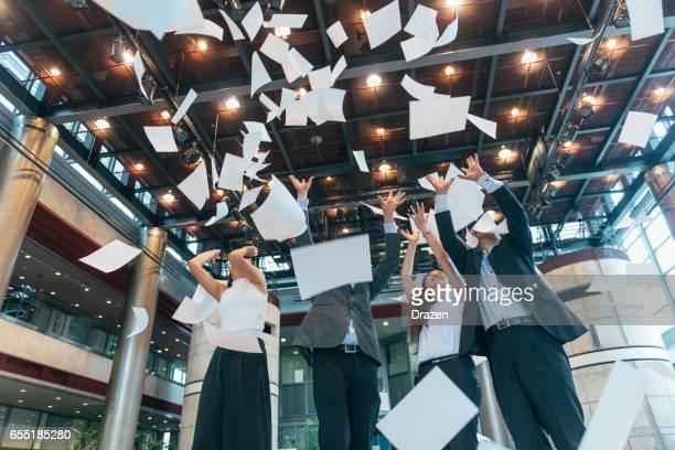 日本 - 成功するビジネスの買収の後事務所お祝い事業 - 働き過ぎ ストックフォトと画像