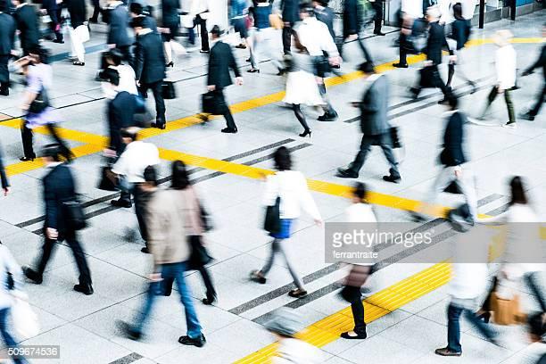 Business-Leute die Fahrt zur Arbeit in Tokio
