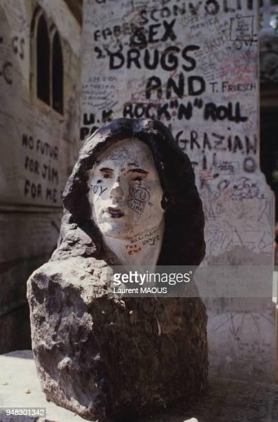 Buste de Jim Morrison sur sa tombe au cimetière du PèreLachaise en juin 1985 à Paris France