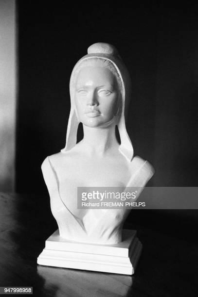 Buste de Marianne sous les traits de Brigitte Bardot réalisé par Aslan dans une mairie en France en 1982