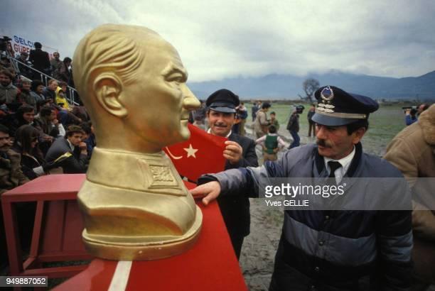 Buste de Mustafa Kemal Ataturk et policiers lors d'un combat de chameaux en janvier 1983 en Turquie