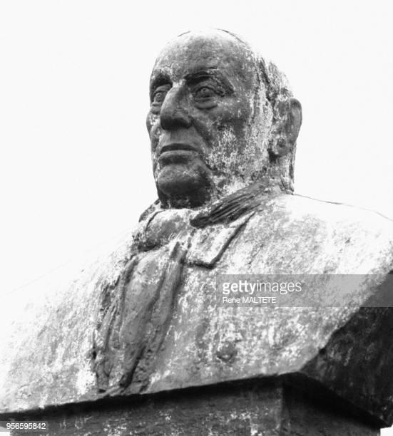 Buste du peintre Maurice de Vlaminck par le sculpteur Paul Belmondo à RueillaGadelière en EureetLoir en France