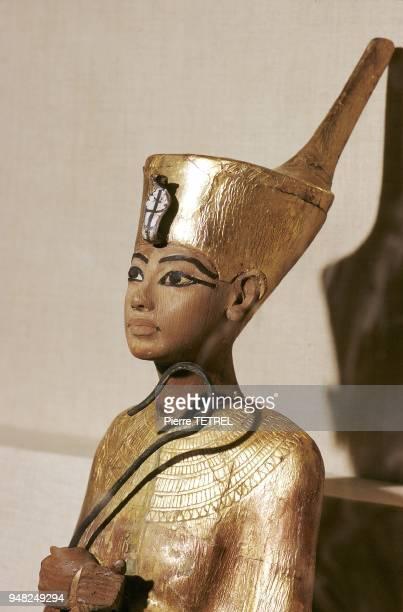 Buste en bois doré du Pharaon fils d'Akhenaton retrouvé dans sa tombe datée de 1320 avant JC environ et conservé au Musée du Caire