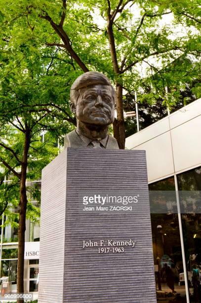 Buste en bronze du 35 président des ÉtatsUnis John F Kennedy sculpté par Paul Lancz à l'intersection de l'avenue du PrésidentKennedy et de l'avenue...