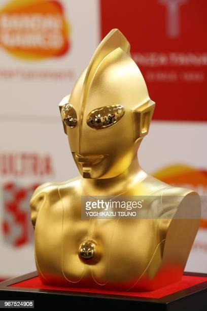 Buste en or massif du héros de fiction japonais 'Ultraman' d'une valeur de 11 million de dollars américains fabriqué par le bijoutier japonais Tanaka...