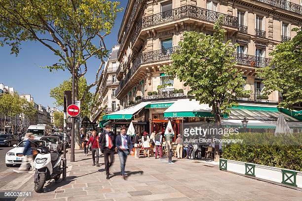 a busy boulevard saint germain in paris. - boulevard stock pictures, royalty-free photos & images