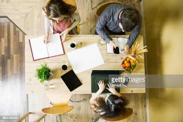 Upptagen affärsmän som arbetar på kontor, ovanifrån