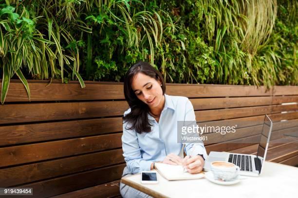 busy businesswoman working at an outdoor cafe - independência imagens e fotografias de stock