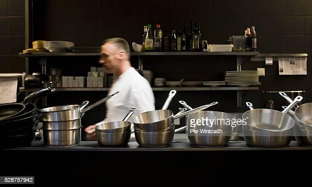 busy chef in kitchen - gourmet küche stock-fotos und bilder