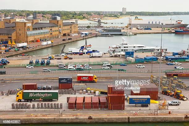 busy container port at southampton uk - southampton stockfoto's en -beelden