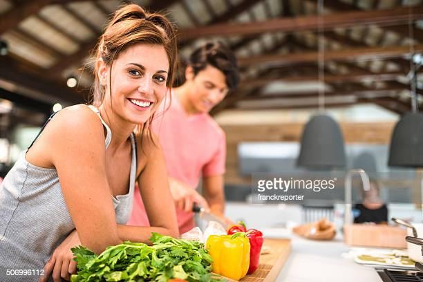 couple animé de cuisson dans la cuisine