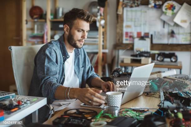 anstrengenden tag zu hause - arbeitszimmer stock-fotos und bilder