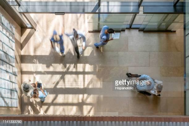 drukke dag in het ziekenhuis-high angle view - hoog standpunt stockfoto's en -beelden