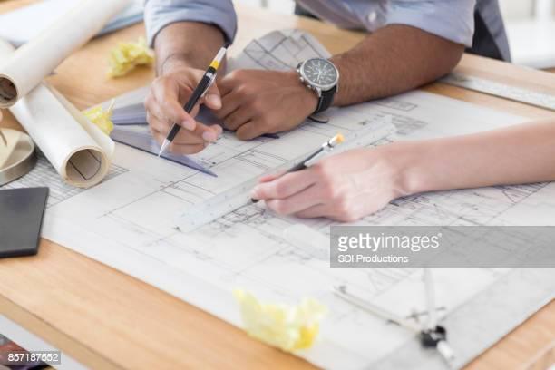 Drukke diverse architecten werken op ontwerp