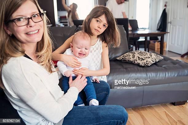 Unternehmungslustige Familie von fünf im Hause mit Weinen und Babys.