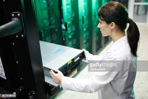Drukke vrouwelijke onderhoud ingenieur databaseserver examencommissie